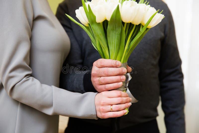 Manos del novio y de la novia con los anillos fotos de archivo