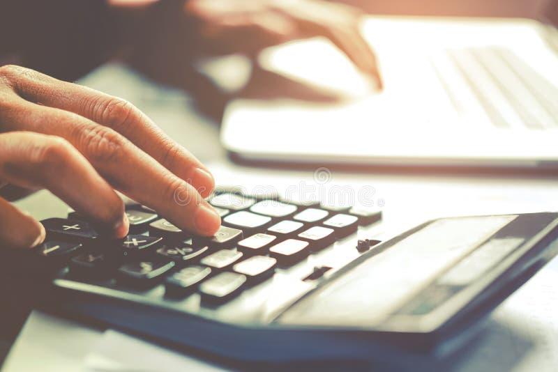 Manos del ` s del hombre de negocios con la calculadora en la oficina y financiero foto de archivo libre de regalías