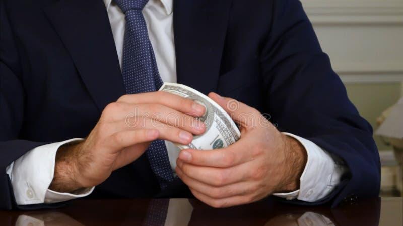 Manos del ` s del hombre que llevan a cabo billetes de dólar del dinero fotos de archivo