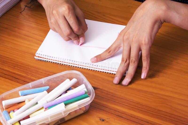 Manos del ` s del niño dibujando fotos de archivo libres de regalías