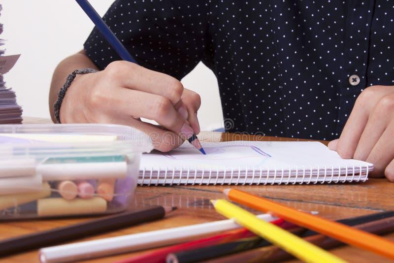 Manos del ` s del niño dibujando fotos de archivo