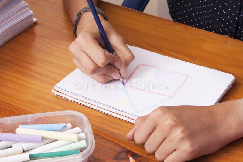 Manos del ` s del niño dibujando imagen de archivo
