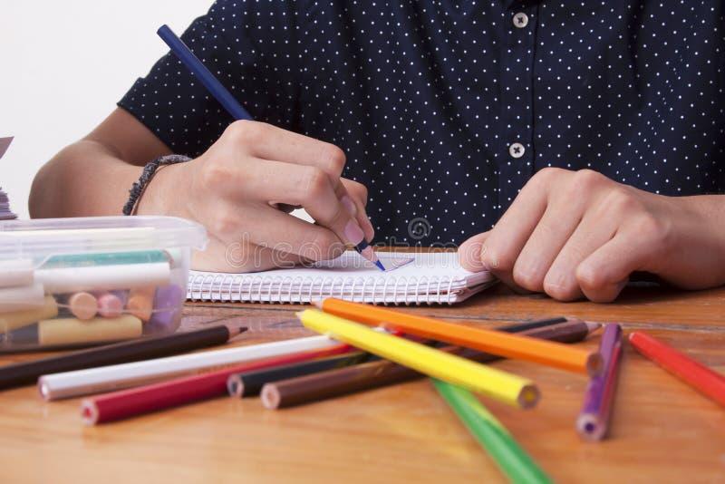 Manos del ` s del niño dibujando fotografía de archivo libre de regalías