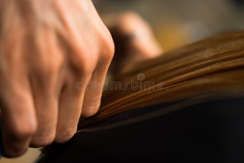 Manos del ` s del peluquero en el trabajo foto de archivo libre de regalías