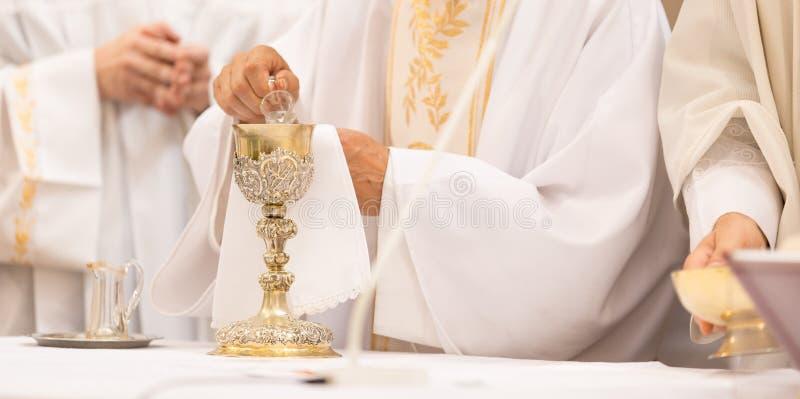 Manos del ` del sacerdote durante una ceremonia de boda/una masa nupcial imagen de archivo