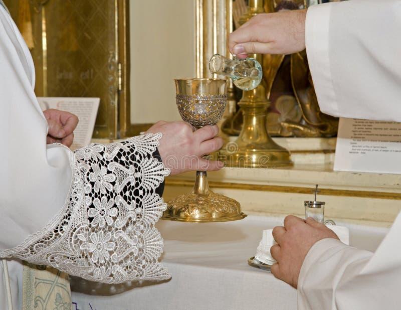 Manos del sacerdote por la masa imágenes de archivo libres de regalías