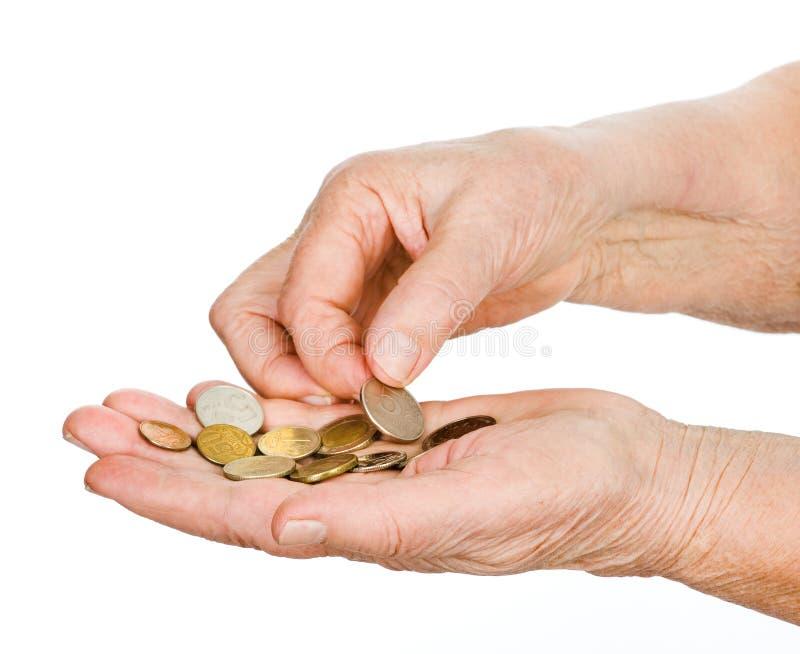Manos del viejo hombre que toca las monedas pasadas. fotografía de archivo