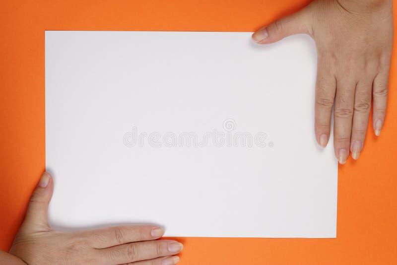 Manos en el papel fotografía de archivo
