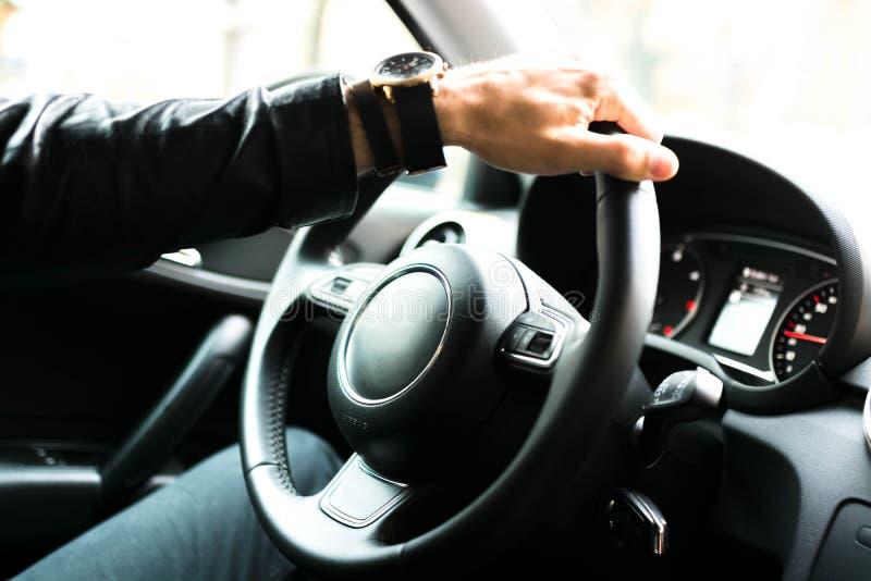 Manos en el volante del coche imagenes de archivo