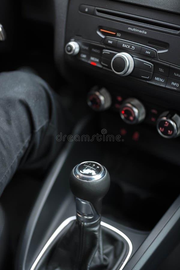 Manos en el volante del coche fotos de archivo libres de regalías
