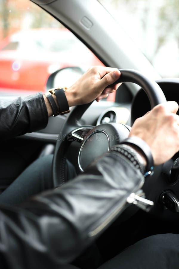 Manos en el volante del coche fotografía de archivo libre de regalías