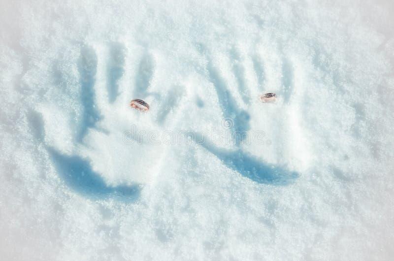 Manos en la nieve foto de archivo