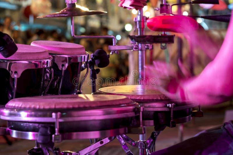 Manos en la percusión, fondo de la música de la calle imagenes de archivo