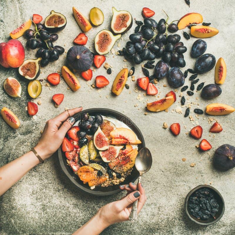 Manos estacionales sanas de la variedad y de la mujer del desayuno de la caída fotografía de archivo