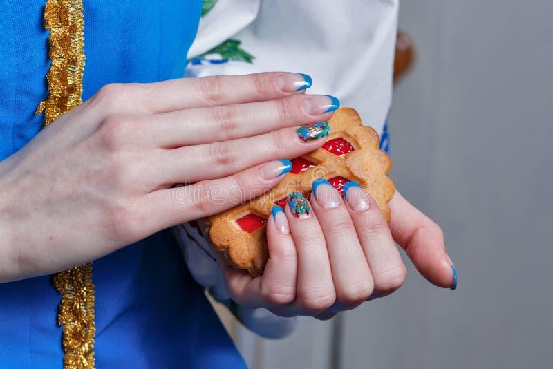 Manos femeninas con la manicura agradable imágenes de archivo libres de regalías