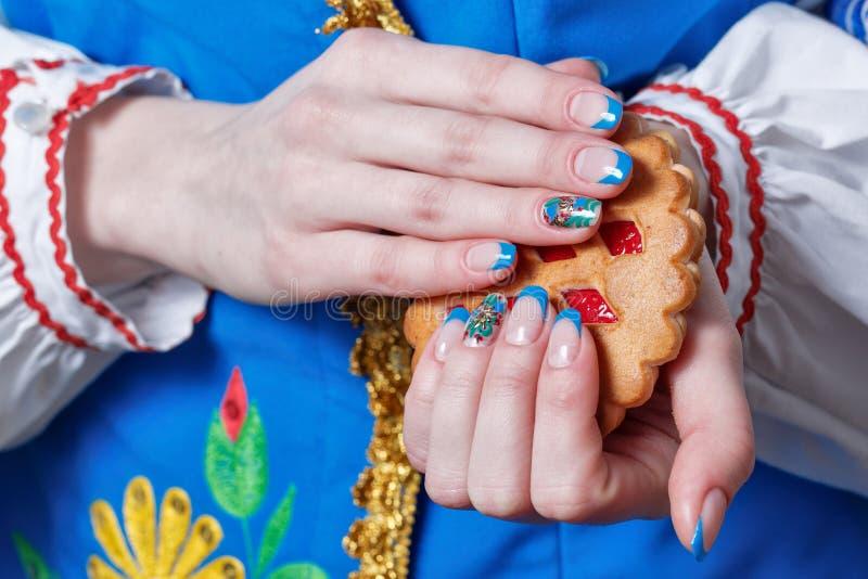 Manos femeninas con la manicura agradable imagen de archivo libre de regalías
