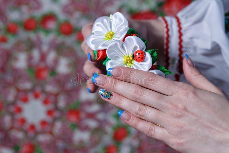 Manos femeninas con las flores fotos de archivo libres de regalías