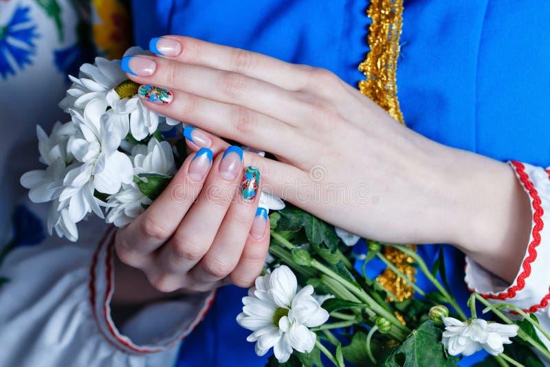 Manos femeninas con las flores fotografía de archivo