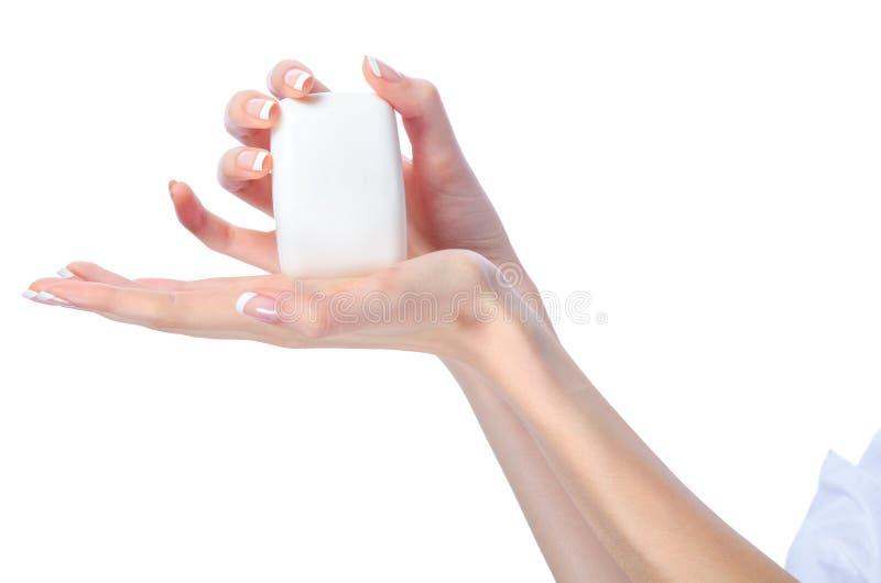 Manos femeninas elegantes que sostienen la barra del jabón fotografía de archivo