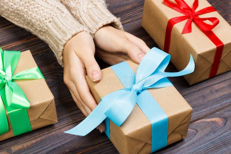 Manos femeninas jovenes que sostienen los regalos con la cinta colorida fotos de archivo libres de regalías
