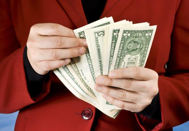 Manos femeninas que cuentan billetes de banco del dólar fotografía de archivo libre de regalías
