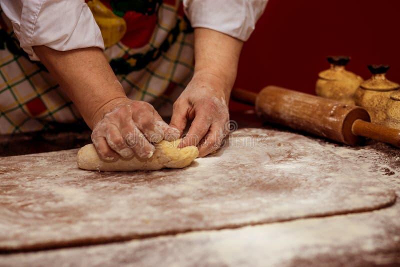 Manos femeninas que hacen la pasta para la pizza Fabricación del pan fotos de archivo libres de regalías
