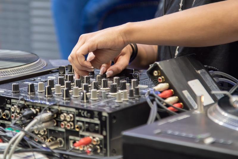 Manos femeninas que juegan el mezclador de DJ foto de archivo libre de regalías