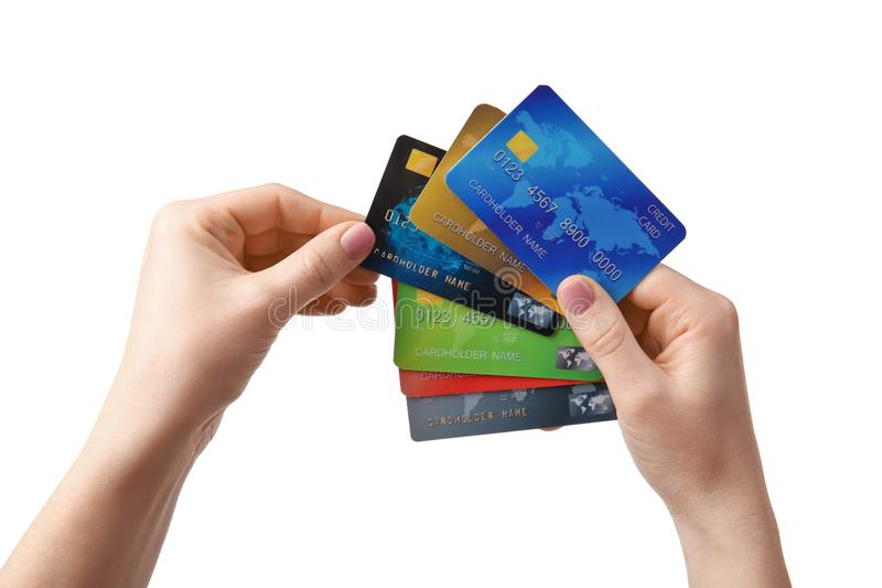 Manos femeninas que sostienen tarjetas de crédito imagenes de archivo