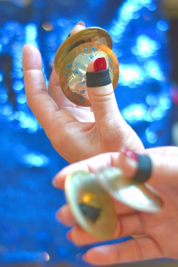 Manos femeninas que tocan los platillos de finger fotografía de archivo