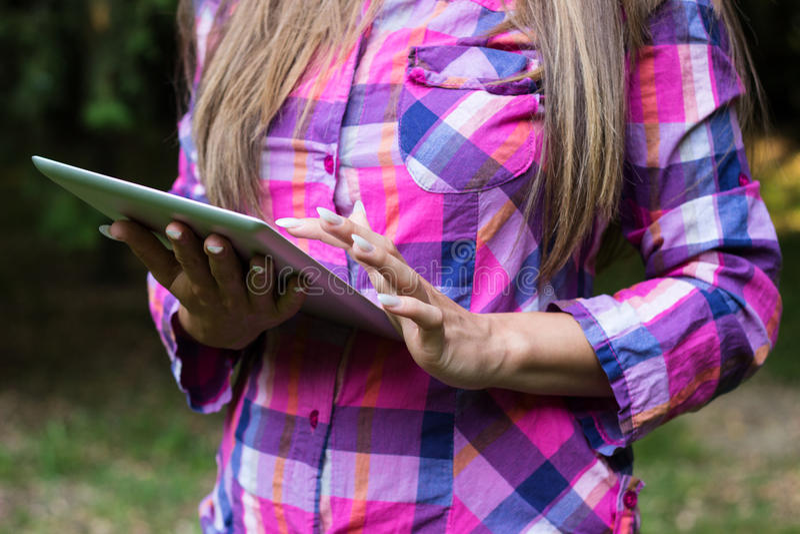 Manos femeninas usando una tableta digital foto de archivo libre de regalías