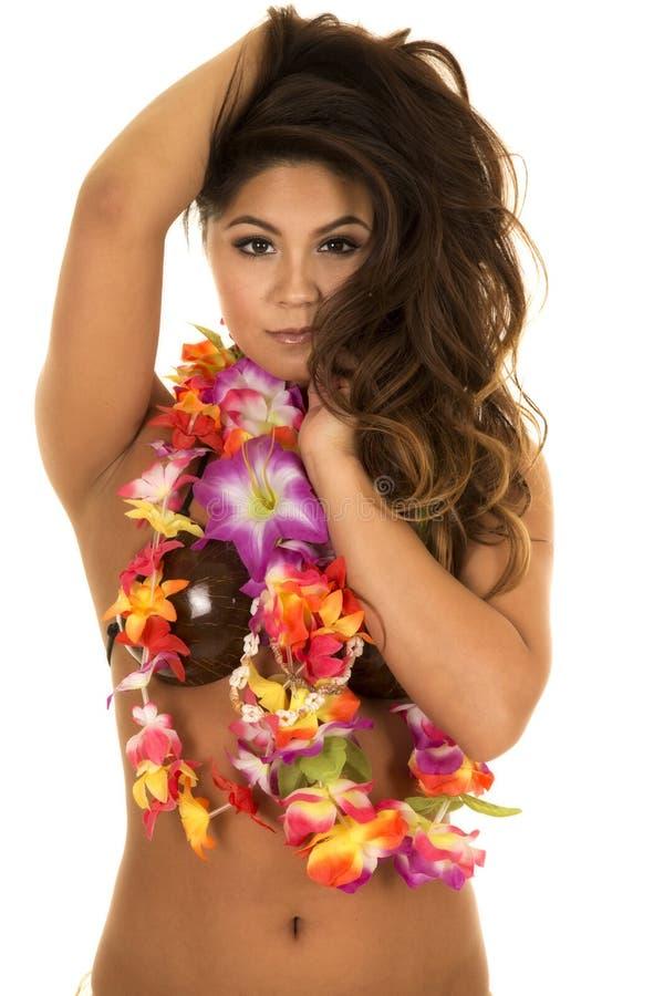 Manos hawaianas del sujetador del coco de la mujer en pelo fotos de archivo libres de regalías