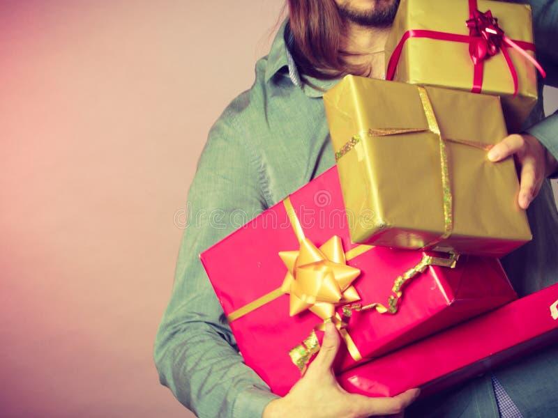 Manos masculinas con muchas cajas de regalo de los presentes foto de archivo libre de regalías