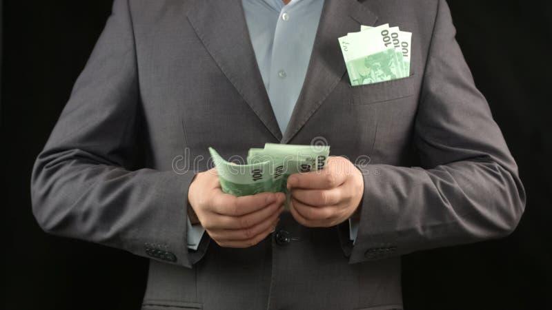Manos masculinas que cuentan euros, la inversión en futuro, la estrategia empresarial y la renta fotos de archivo libres de regalías