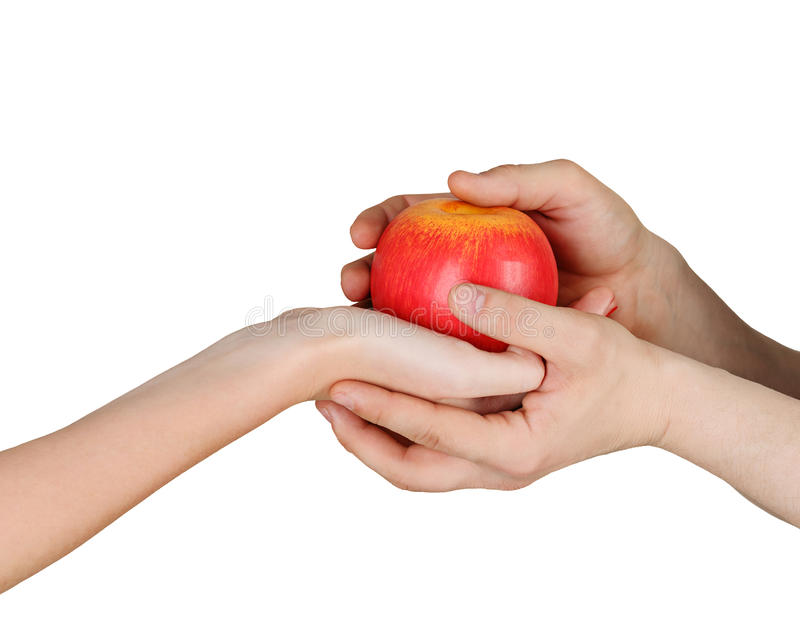 Manos masculinas y femeninas que sostienen una manzana imágenes de archivo libres de regalías