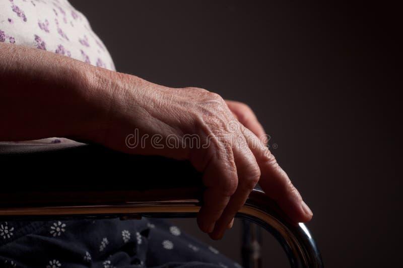 Manos mayores en silla de ruedas foto de archivo libre de regalías