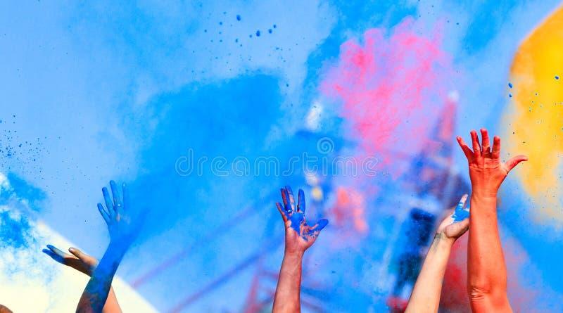 Manos para arriba en el festival de Holi del color fotos de archivo libres de regalías