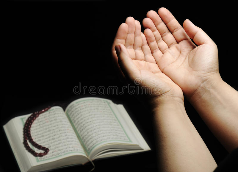 Manos para arriba, rogación islámica imagen de archivo libre de regalías