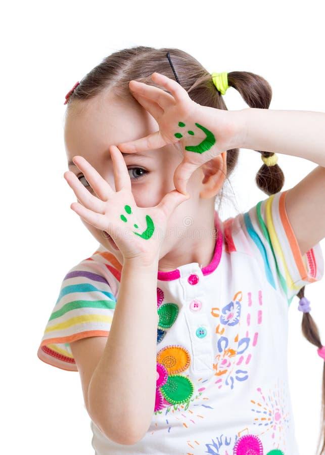 Manos pintadas demostración divertida de la muchacha del niño con fotografía de archivo