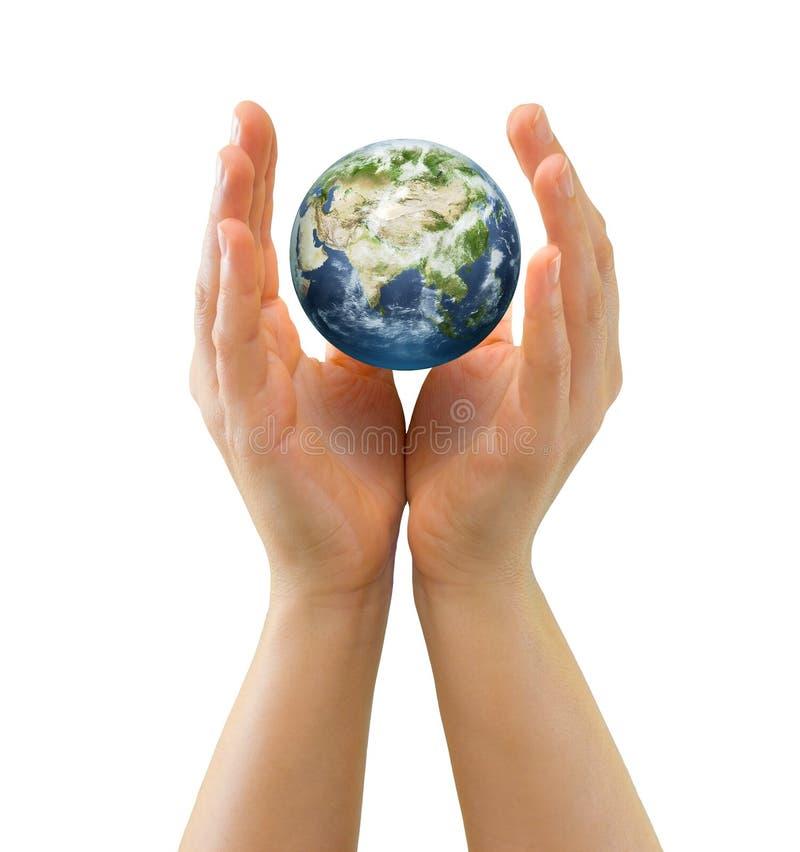 Manos que abrigan la cara minúscula Asia del globo imagen de archivo libre de regalías
