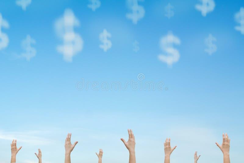 Manos que alcanzan hacia fuera el dinero de la nube que cae del cielo foto de archivo libre de regalías