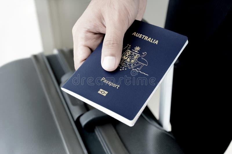 Manos que dan el pasaporte (de Australia) fotografía de archivo libre de regalías