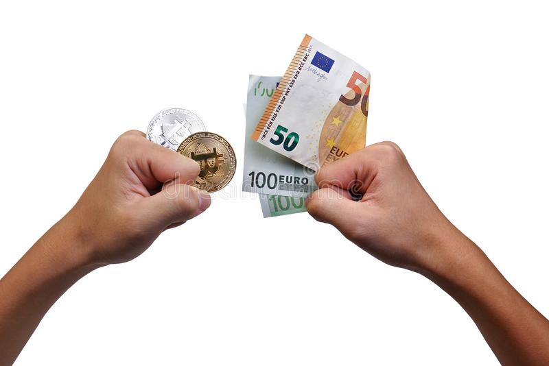 Manos que detienen el billete de banco del bitcoin y del euro para el concepto del intercambio, financiero, del negocio, de la mo fotografía de archivo libre de regalías