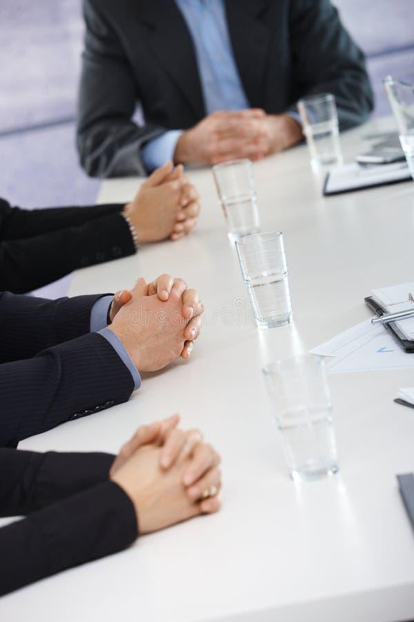 Manos que esperan en la reunión de negocios en la oficina imagen de archivo libre de regalías