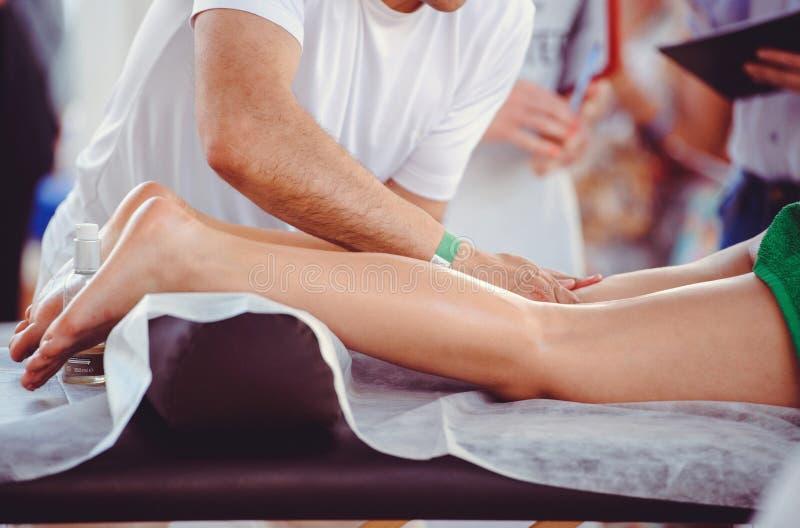 Manos que hacen el masaje del pie, salón del balneario foto de archivo libre de regalías