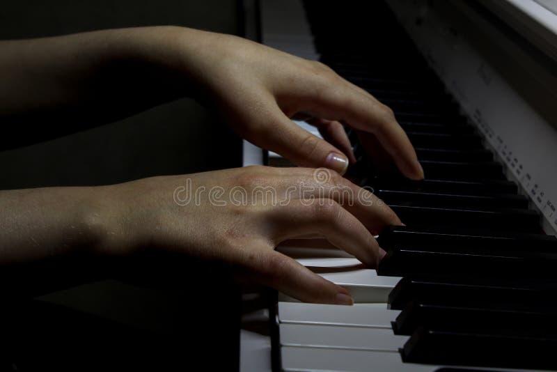 Manos que juegan el piano, cierre para arriba El m?sico juega el piano Concepto de la m?sica Imagen del papel pintado imagenes de archivo