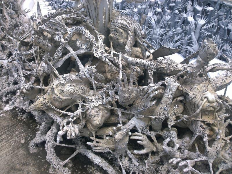 Manos que se hunden en esculturas del infierno Wat Rong Khun, templo blanco en Chiang Rai Province, Tailandia imagen de archivo libre de regalías
