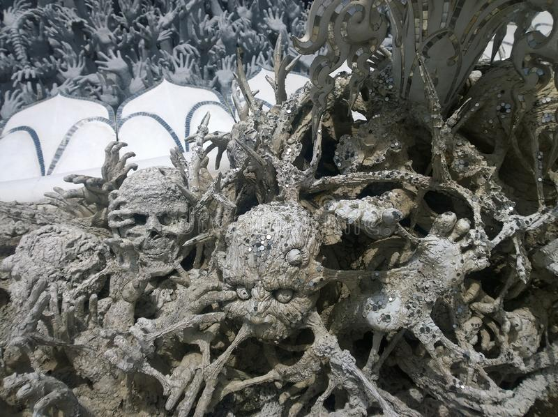 Manos que se hunden en esculturas del infierno Wat Rong Khun, templo blanco en Chiang Rai Province, Tailandia fotos de archivo