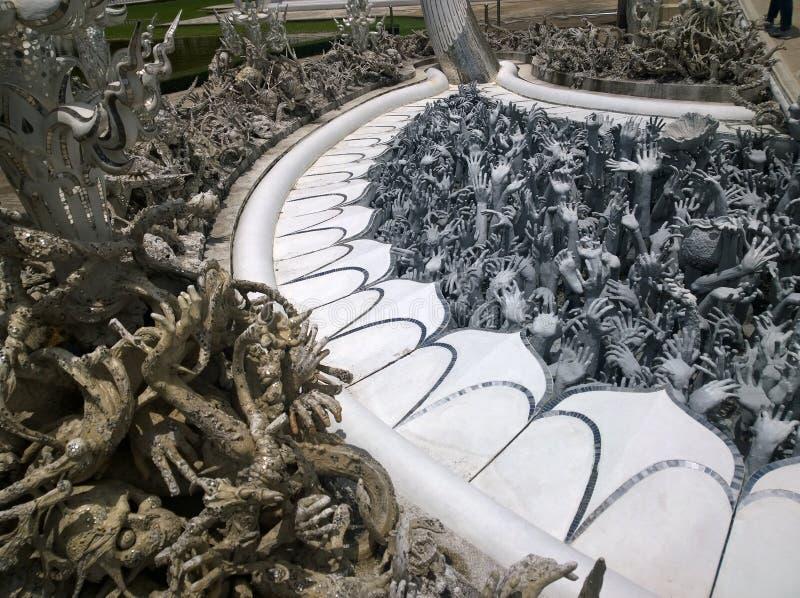 Manos que se hunden en esculturas del infierno Wat Rong Khun, templo blanco en Chiang Rai Province, Tailandia imágenes de archivo libres de regalías