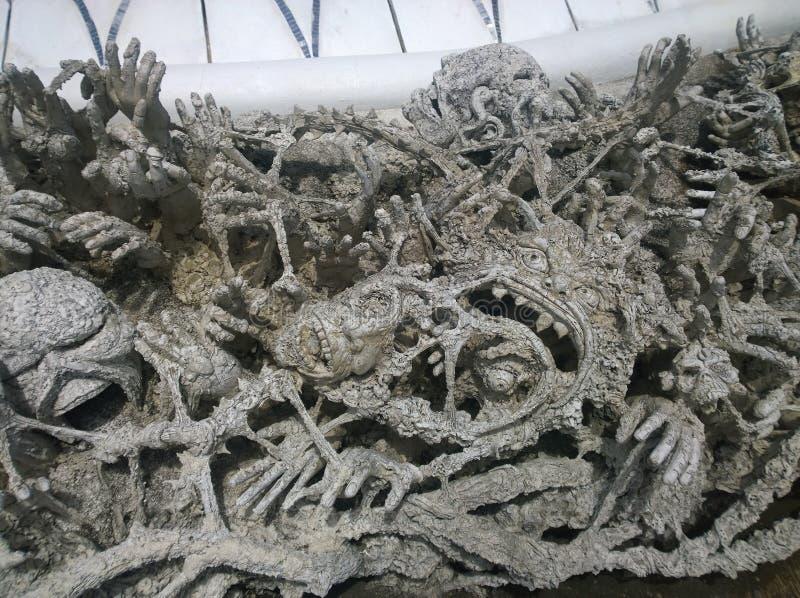 Manos que se hunden en esculturas del infierno Wat Rong Khun, templo blanco en Chiang Rai Province, Tailandia imagen de archivo