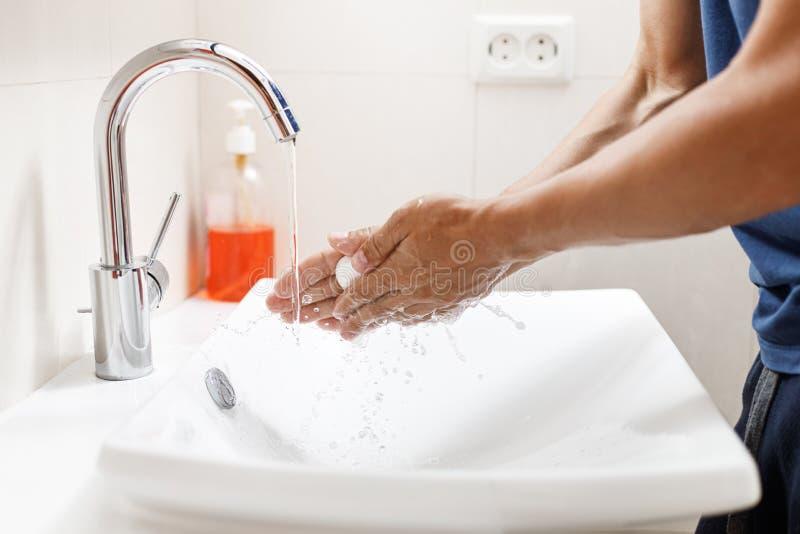 Manos que se lavan con el jab?n Manos de la limpieza del hombre en un cuarto de baño foto de archivo libre de regalías